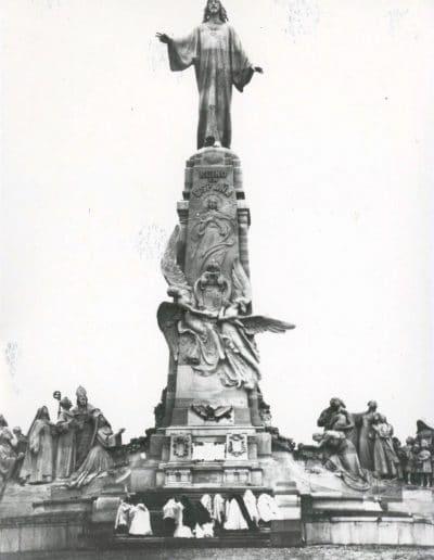 La comunidad del Cerro ante el monumento del Sagrado Corazón