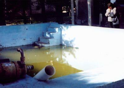 Alicia Silio contempla la pileta de agua estancada donde se ahogó Manuelito. La foto está tomada al día siguiente del accidente