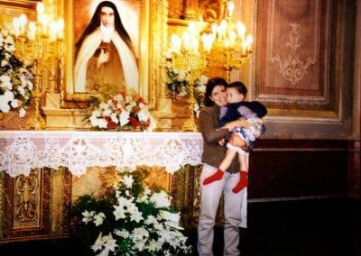 Manuelito con su madre ante el altar de la Madre Maravillas de la iglesia de las Carmelitas Descalzas del monasterio del Corpus Christi y San Juan de la Cruz, de Buenos Aires (Argentina)